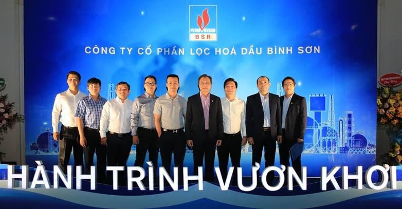 Tổng Giám đốc BSR Bùi Minh Tiến chụp ảnh lưu niệm với các khách hàng.