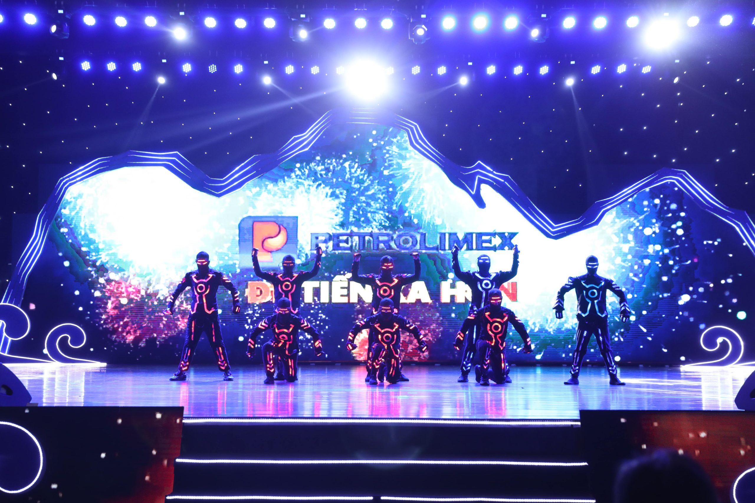 """Vũ đoàn 218 Dance Crew biểu diễn tiết mục """"Key moment"""" đầy ấn tượng chào đón Quý khách hàng."""